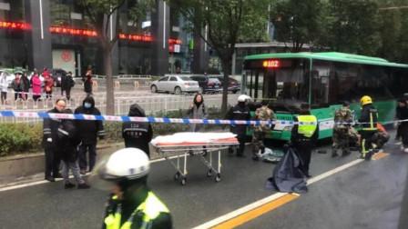 武汉公交又出意外! 监拍12岁男童被撞倒拖行