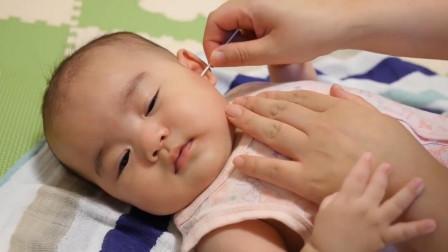妈妈给小宝宝挖耳朵, 小萌娃瞬间眯起了眼睛, 舒服的都快睡着了