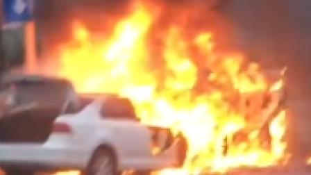 江门蓬江迎宾大道3车碰撞起火 现场有小孩受伤