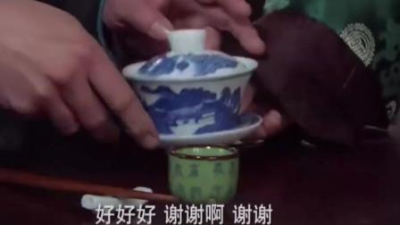 防人之心不可无 男人把神秘东西倒入茶里 网友 难道有毒!