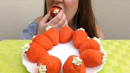 小姐姐吃草莓奶油泡芙, 这些可以吃过瘾了, 网友: 隔着屏幕口水直流!