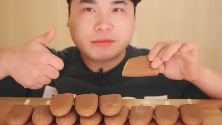 大胃王吃咖啡味冰淇淋, 一口气连吃12块, 网友: 考虑过胃的感受吗?