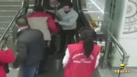 广西南宁 八旬老人在南宁地铁里不慎摔伤 寒冷冬季里收获浓浓温情