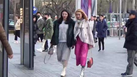 三里屯街拍: 这两个女孩子穿着时尚, 长相漂亮论气质也是玉树临风