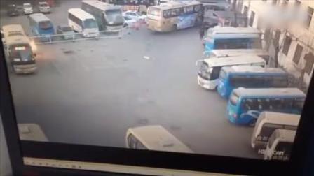 河北曲阳汽车站一客车爆燃 车窗瞬间被炸飞