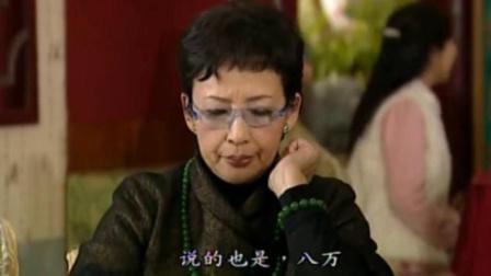 小伙送母亲一个金寿桃,二姑妈一脸不屑,结果一拿手上表情都变了