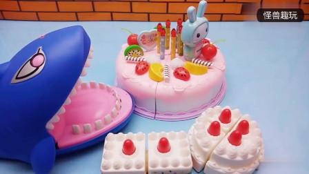 小鲨鱼要过生日了, 切一些水果蛋糕给小鲨鱼吃吧