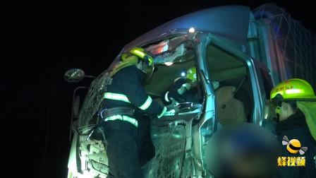 江苏徐州两辆货车高速上发生追尾 货车驾驶员被困车内