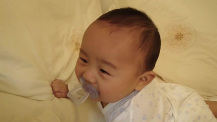 妈妈逗小宝宝开心, 这个小宝宝好爱笑, 笑起来好响亮!