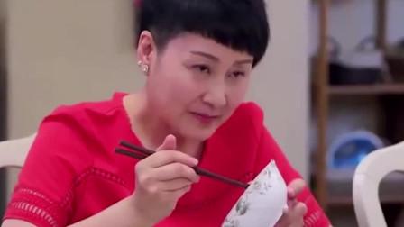 女友给男友家人做菜手都烫伤了 不料婆婆和大姑子却在半夜吃泡面!