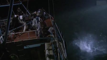 眼看边防警艇直逼轮船,罪竟把偷渡者都扔下海,不料船上有