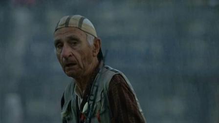 老头下雨去海边钓鱼,刚丢饵就有大鱼咬钩,下一刻掉头就跑