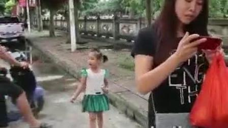妈妈玩手机,女儿被摩托车男拐走成千古恨!