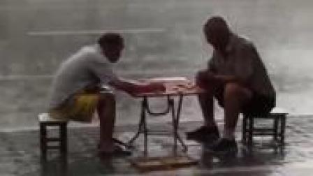 坚守最高境界郑州街头象棋高手冒雨对决下棋