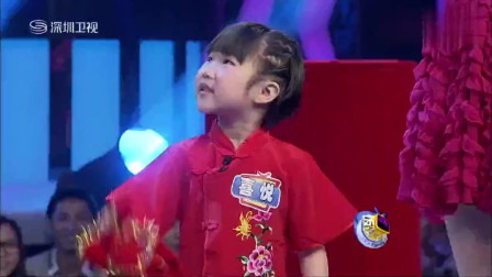 西安萌娃表演秧歌, 丢了手绢又赶紧捡回来, 太可爱了!