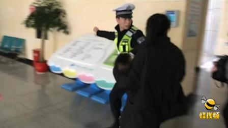湖南郴州:男童高烧不退情况危急 民警鸣笛开路急速送医!