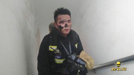 """消防员""""烟熏妆"""" 江西南昌小区发生火灾"""