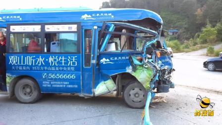 飞来横祸!福建龙岩 公交车被沙土车撞到变形 石头鸡蛋那个硬?
