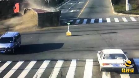 悲剧!山东威海百吨大货车将私家车碾压 车上母子当场死亡