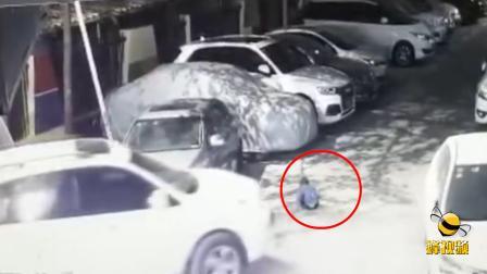 广东深圳 2岁男童遭汽车碾压 车主浑然不觉