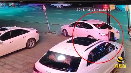 江苏盐城 一女子吃饭停车另一家餐馆前 遭大妈辱骂踢车