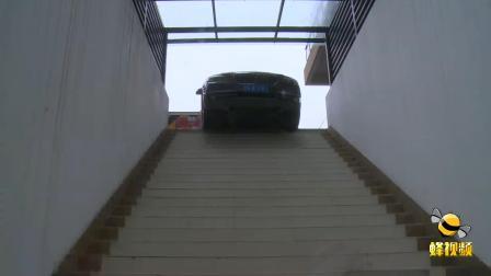 四川成都 奇葩! 车往人行通道开 卡在楼梯上不来