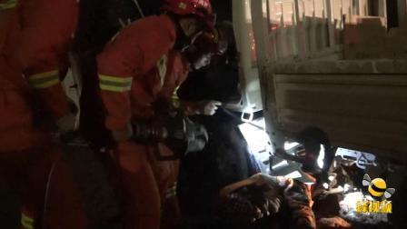 江苏徐州 小货车避让不及将骑电动车女子卷入车底