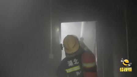 后怕!湖北荆门一户主大意引发民房起火  消防员及时赶到