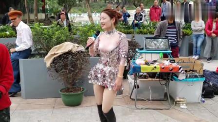 街头艺人三公主妙妙演唱《拥抱你离去》, 能唱会跳看着真带劲啊