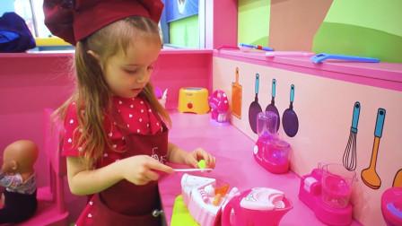 萌娃小可爱这是在做什么好吃的呀? 玩具宝宝嘴馋啦! 快给它做个冰淇淋吧!