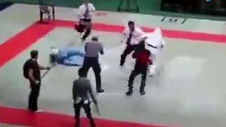 拳手不服管教, 没想到裁判暴走, 直接KO双方拳手三人摁不住!