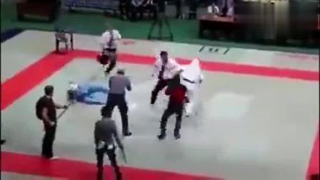 拳手不服, 裁判暴走直接KO双方拳手, 三人摁不住!