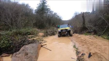 路虎汽车掉进水沟, 看汽车上来的方式, 就知道什么叫老司机