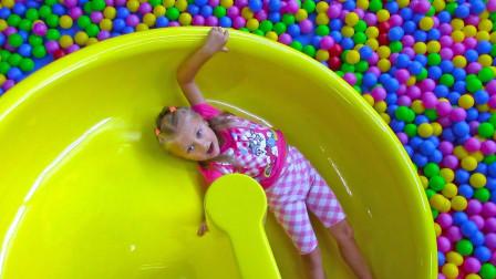 萌宝小萝莉在球球池里面发生了什么事? 趣味玩具故事