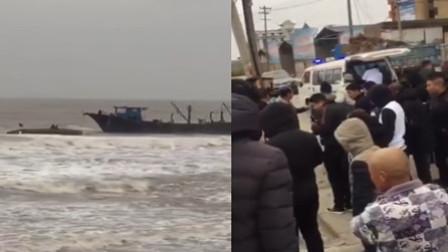 福建一渔船被风浪掀翻当地渔民冒险救人