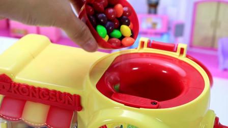 睡衣小英雄开车来到小猪佩奇咖啡机玩具店买咖啡, 买到草莓拿铁