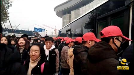 暖心!湖北武汉志愿者寒风中用身体组人墙护栏 为保障市民安全