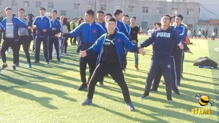 河南郑州一高校体育课考试跳卡路里 男生大喊好玩