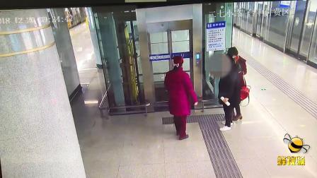 暖心!湖北武汉一孕妇因贫血昏倒 地铁工作人员热心帮助