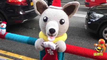 铁护栏穿衣服?香港铜锣湾马路边特殊的一幕