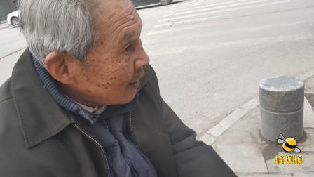 江西上饶 八旬老人街头练毛笔字 免费授徒