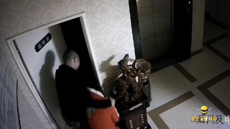 安徽六安:监拍!男子见女收银员漂亮 竟直接拖入房间猥亵!
