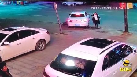 江苏女子火锅店吃饭停车餐馆前,遭餐馆大妈辱骂踢车