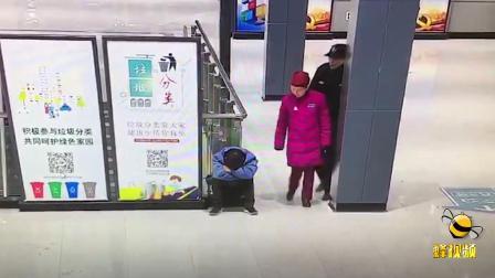 湖北武汉男子酒局后累倒坐地睡觉,差点错过末班地铁