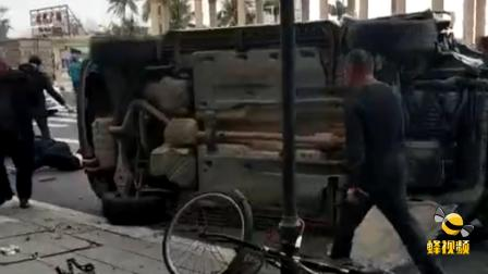 广东湛江海滨公园发生车祸事故 现场一片狼藉