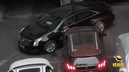 广东广州一小区车位被堵  硬核车主撞开一条路