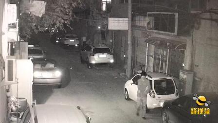 山东济南 男子带假发砸车盗窃 对同一辆车先后两次下手