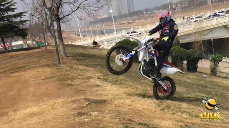 河南 18岁小伙玩摩托特技参加比赛