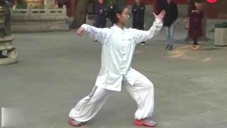 太极美女黄雪晴在观前表演一套太极拳, 意境很美, 羡煞众人!