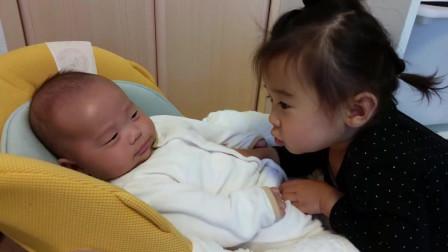 小姐姐逗宝宝开心, 好可爱的小姐姐, 有两个孩子真好!